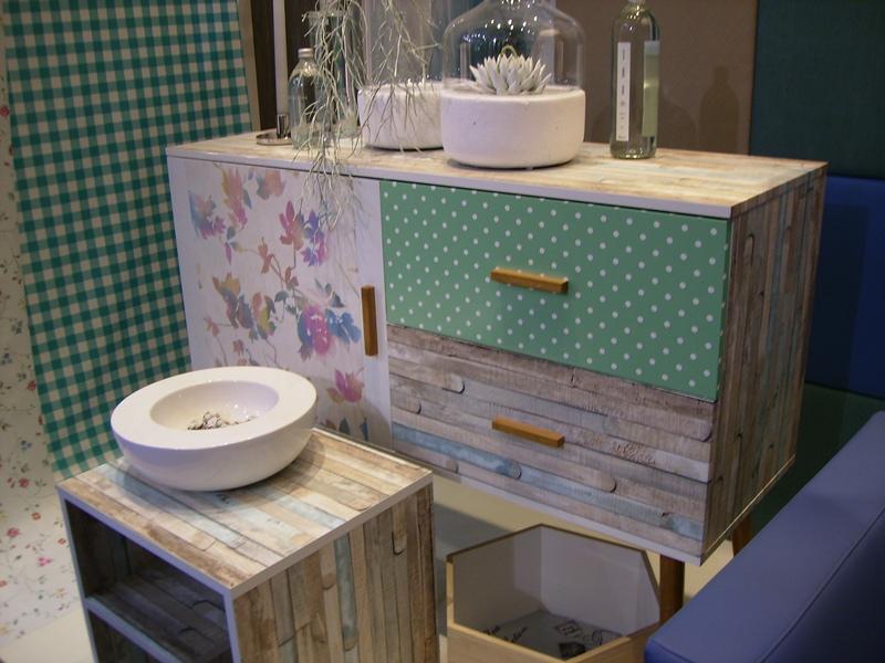 Mueble decorado con papel pintado