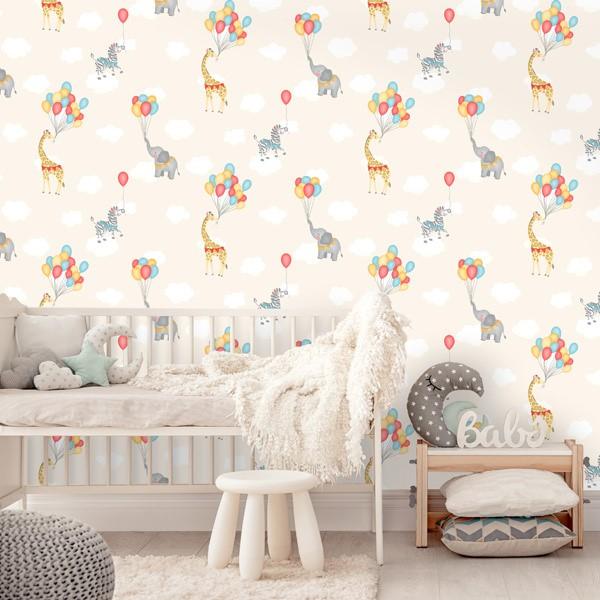 Papel pintado infantil, jirafas y cebras en un cielo de nubes